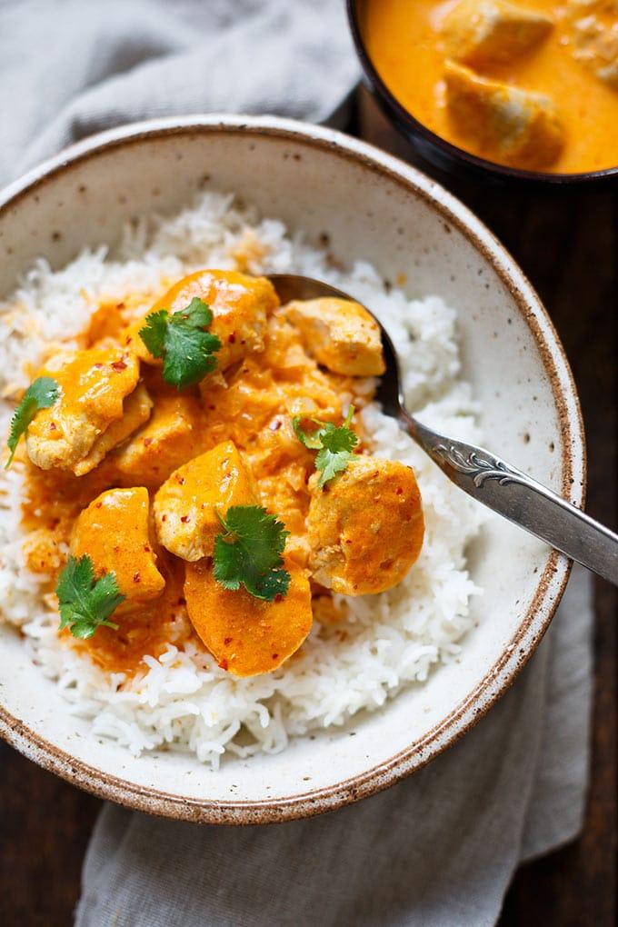 Einfaches Chicken-Curry mit Kokosmilch. 20+ schnelle und gesunde Vorratsrezepte. Für alle Rezepte braucht ihr nur Zutaten aus Kühkschrank und Vorratskammer - Kochkarussell Foodblog #vorratsrezepte #vorrat #mealprep