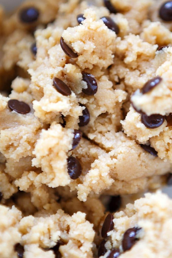 Werbung. No-Bake Chocolate Chip Cookie Dough Bars! Dieses 8-Zutaten Rezept ist dekadent reichhaltig, vegan und unfassbar lecker. Roher Keksteig überzogen mit geschmolzener Schokolade. Kommt garantiert gut an! - Kochkarussell.com #cookiedoughbars #cookiedough #vegan #dessert #vegandessert #chocolate