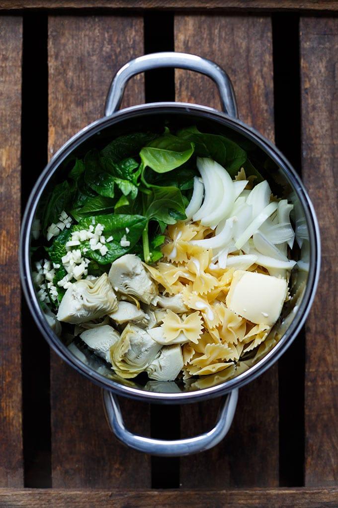 Ultra cremige One Pot Pasta mit Spinat, Artischocken und Zitrone. Dieses Rezept erfordert nur einen Topf und 15 Minuten Zeit! - Kochkarussell.com #pasta #veggies #onepotpasta #healthy #spinach #lemon