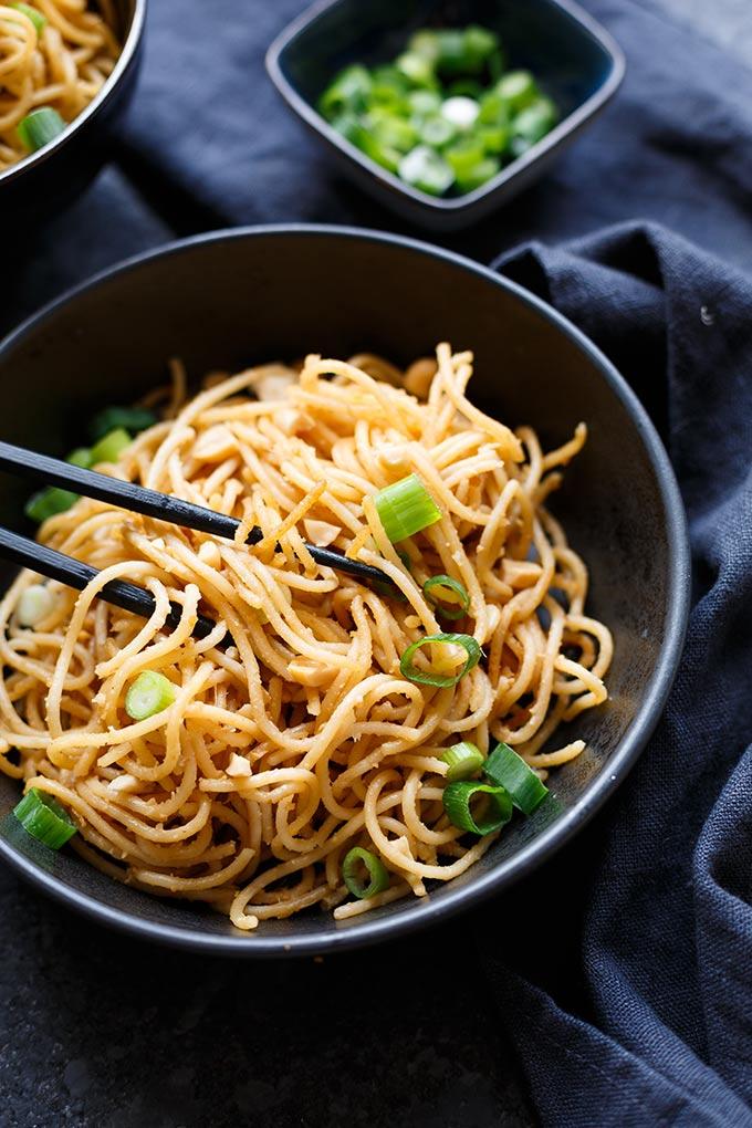 Werbung. 15-Minuten Spaghetti mit würziger Erdnuss-Sauce. Dieses würzige 7-Zutaten Rezept ist herrlich cremig und absolute Soulfood! - Kochkarussell.com #peanutbutter #noodles #spaghetti #soulfood #erdnussbutter
