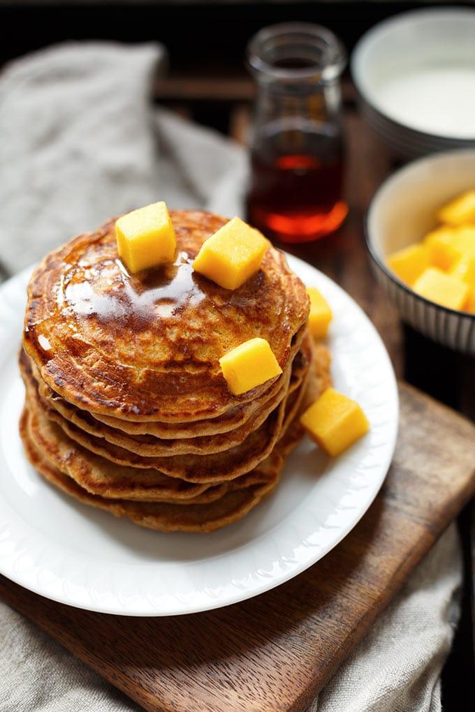 Werbung. Herrlich fluffige Carrot Cake Pancakes! Dieses 9-Zutaten Rezept ist super einfach und SO lecker. - Kochkarussell.com #pancakes #ostern #brunch