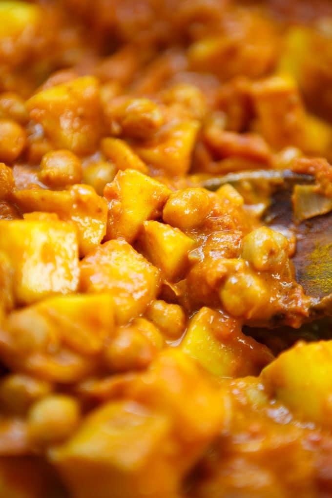 Mango-Kokos-Curry mit Kichererbsen. Dieses 30-Minuten Rezept ist vegan, einfach und unglaublich cremig! - Kochkarussell.com #curry #mango #kokos #vegan