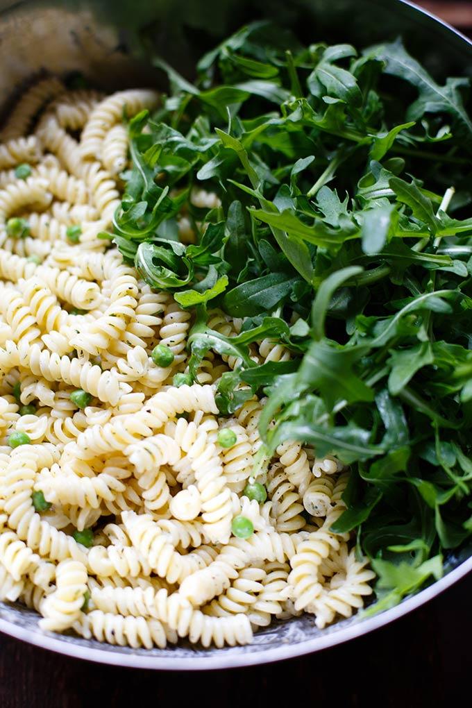20-Minuten Rucola-Erbsen-Nudelsalat mit Joghurt-Dill-Sauce. Dieses frühlingshafte 8-Zutaten Rezept ist super einfach, zitronig und lecker! - Kochkarussell.com #nudelsalat #pastasalad #spring