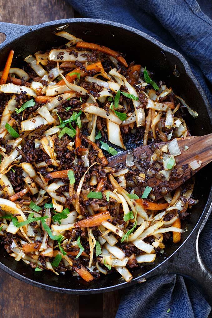 OMG Spring Roll Bowl! Dieses Low Carb-Rezept ist einfach, vollgepackt mit asiatischen Aromen und SO gut. - Kochkarussell.com