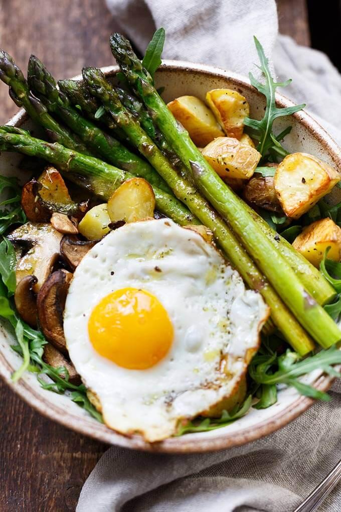 OMG, die Kartoffel Spargel Power Bowl ist SO gut! Dieses einfache und gesunde Rezept schmeckt allen und ist perfekt für den Frühling! - Kochkarussell.com #spargel #grünerspargel #frühling #rezept