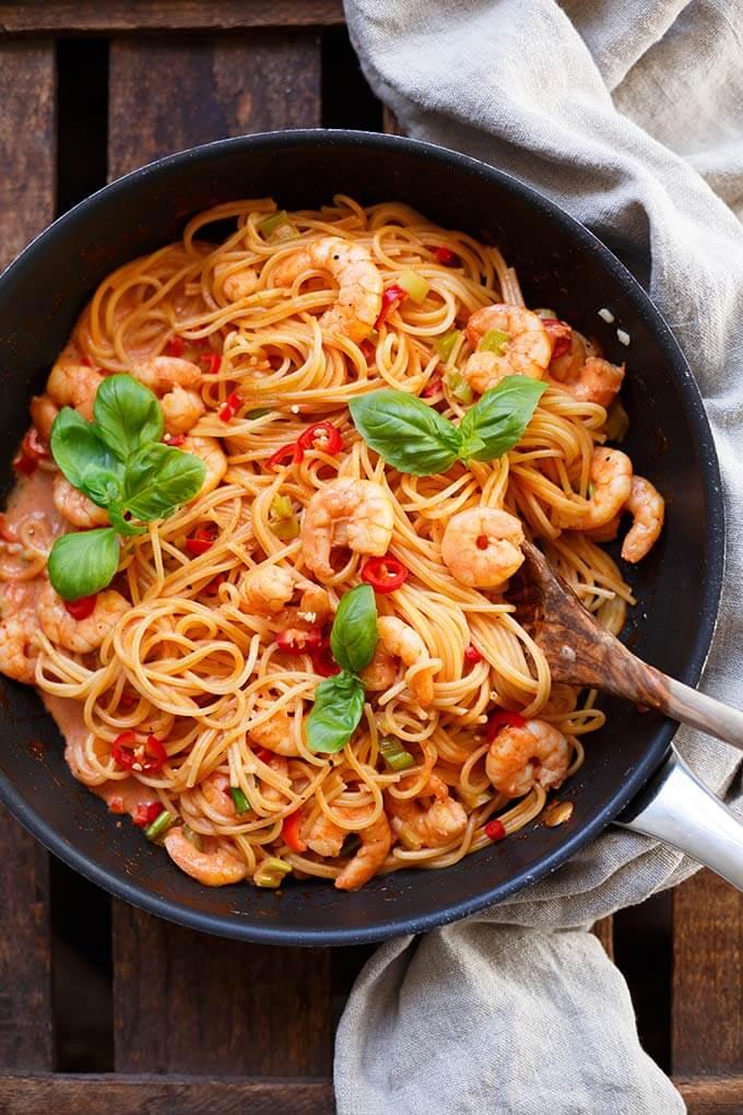 Nudeln mit Garnelen und Tomaten-Sahne-Sauce und 10 sweitere Tomatenrezepte warten auf euch. Die Tomatensaison ist im vollen Gange und im Kochkarussell findet ihr nun 11 schnelle und leckere Rezeptideen, um eure selbstgeernteten Tomaten lecker zu verarbeiten. Kochkarussell - Foodblog für schnelle und einfache Feierabendküche