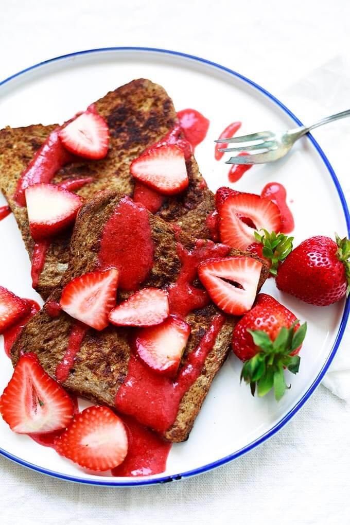 Strawberry French Toast mit schneller Erdbeersauce mit Erdbeeren, Ahornsirup, Vollkorntoast und Zimt. Dieses schnelle Frühstücksrezept aus 7 Zutaten ist super einfach, erdbeerig und unglaublich gut! - Kochkarussell.com #erdbeeren #frenchtoast #frühstück #brunch