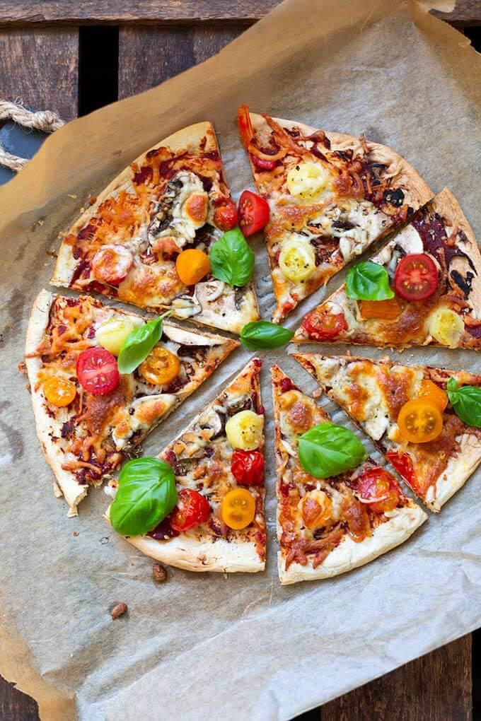 OMG, Blitzpizza ohne Pizzateig! Dieses schnelle Rezept für den Feierabend ist die perfekte Alternative zu Pizza. Käsig, einfach und SO gut. - Kochkarussell.com #blitzpizza #pizza #schnellundeinfach #rezept
