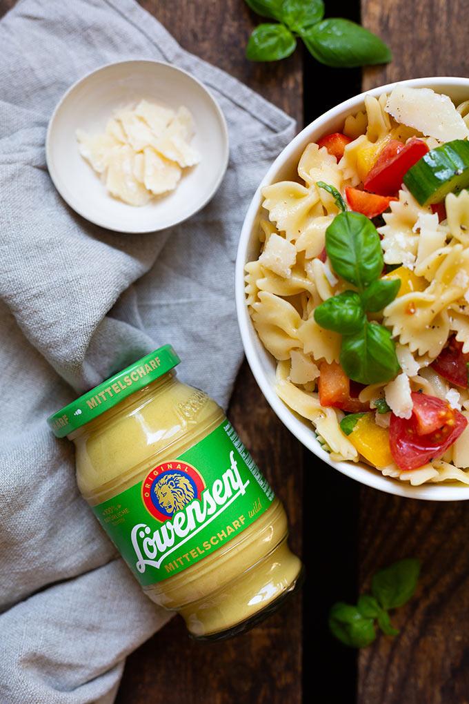Werbung. Bombastischer Nudelsalat mit Honig-Senf-Dressing. Dieses 10-Zutaten Rezept ist perfekt zum Grillen. So einfach und so gut! - Kochkarussell #nudelsalat #grillsalat #grillen #sommer #rezept