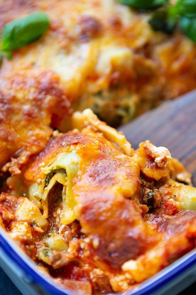 Werbung. Die Ravioli-Lasagne ist extrakäsig, würzig und viel einfacher als normale Lasagne. Schnell, einfach und ein 10-Zutaten Rezept, so gut! - Kochkarussell.com #raviolilasagne #lasagne #abendessen #ravioli #rezept