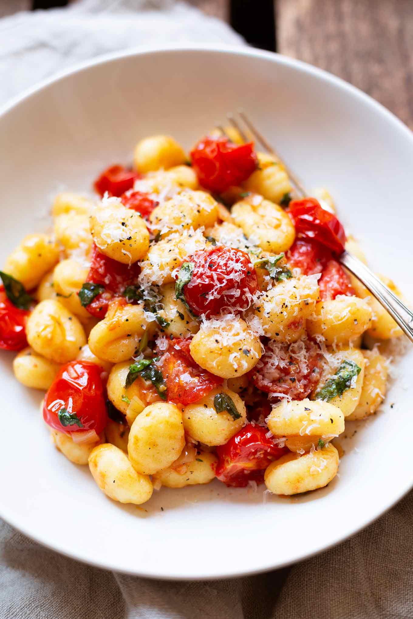 15-Minuten Gnocchi mit geschmolzenen Tomaten und Basilikum. Dieses schnelle und einfache 6-Zutaten Rezept ist perfekt für den Feierabend. Ultra gut! - Kochkarussell.com #gnocchi #rezept #tomaten #soulfood