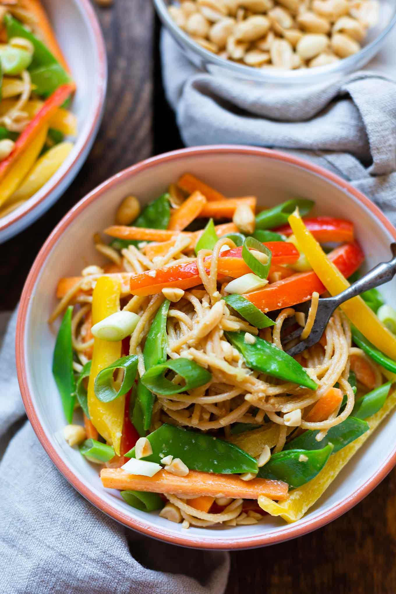 Asiatischer Nudelsalat mit Erdnusssauce. Dieses schnelle Rezept ist super einfach und SO gut. Perfekt für Picknick und Grillen! - Kochkarussell.com #nudelsalat #asiatisch #rezept #asia #grillen #sommerrezept #vegan