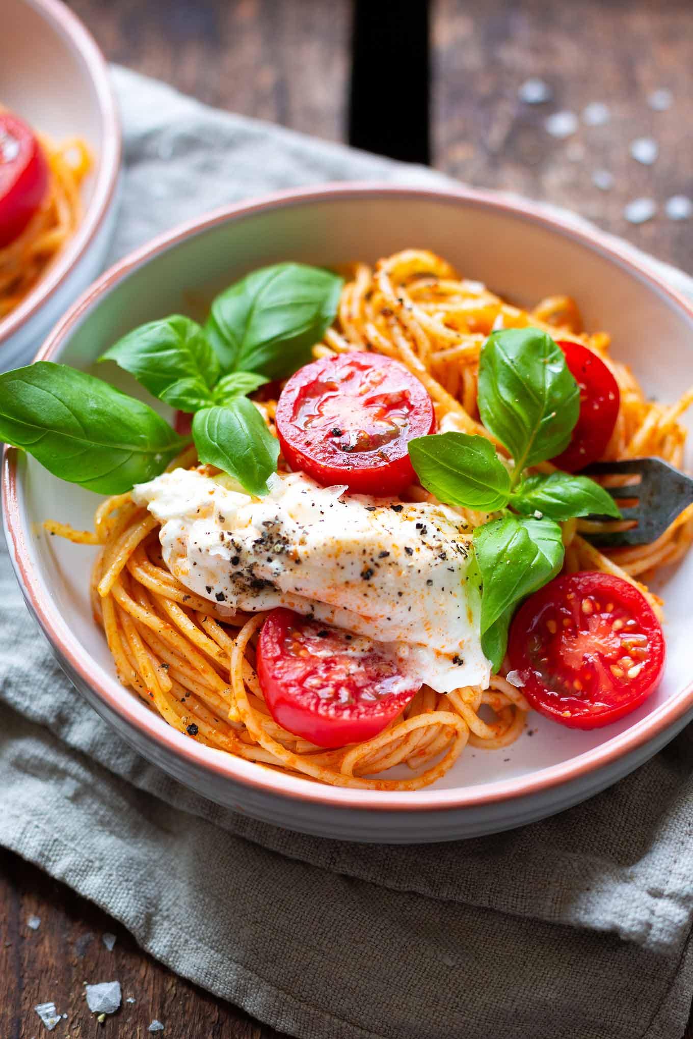Tomaten-Pesto-Spaghetti mit Burrata und Basilikum und 10 weitere, leckere Tomatenrezepte warten auf dich. Die Tomatensaison ist im vollen Gange und im Kochkarussell findet ihr nun schnelle und leckere Rezeptideen, um eure selbstgeernteten Tomaten lecker zu verarbeiten. Kochkarussell - Foodblog für schnelle und einfache Feierabendküche