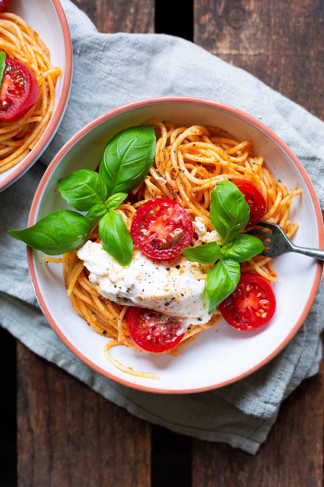 Tomaten-Pesto-Spaghetti mit Burrata und Basilikum. Dieses 5-Zutaten Rezept ist einfach, schnell und perfekt für heiße Sommertage. So gut! - Kochkarussell.com #spaghetti #burrata #sommerrezept #tomaten #schnellundeinfach