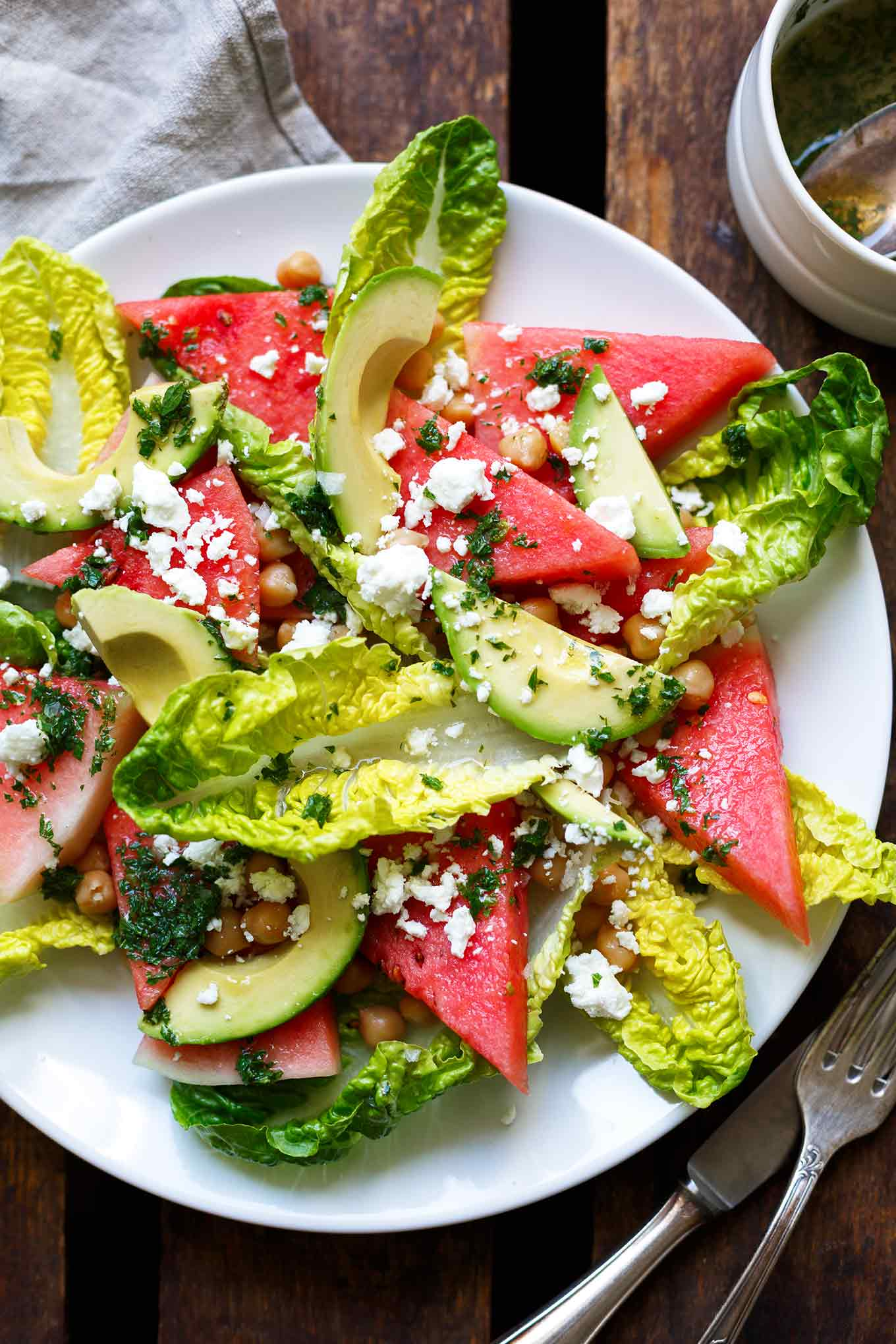 Wassermelonen-Feta-Salat mit Minze und Avocado. Dieses Rezept ist einfach und perfekt für heiße Sommertage! - Kochkarussell.com #sommer #keinelustzukochen #rezept #kochkarussell