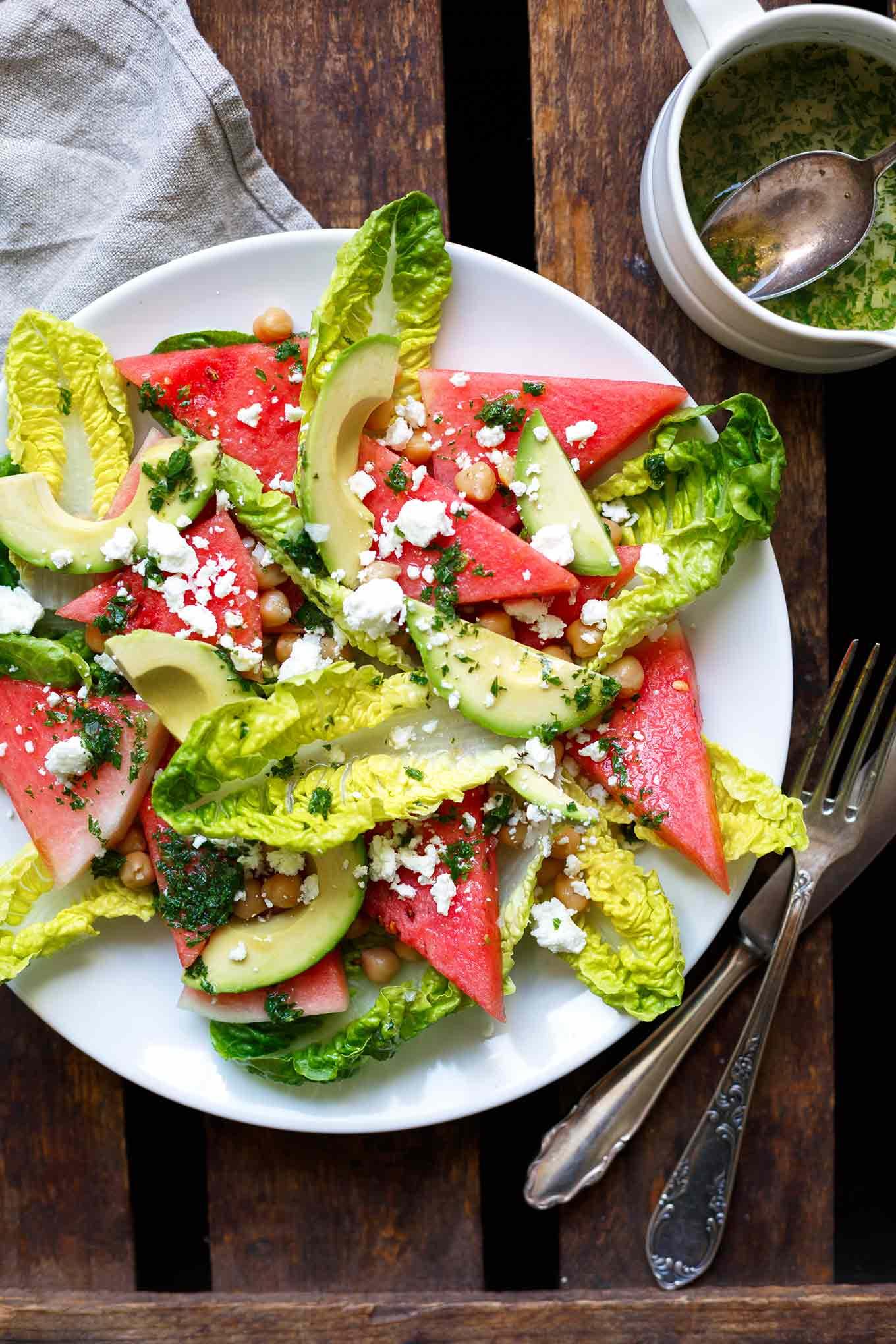 Wassermelonen-Feta-Salat mit Minze und Avocado. Dieses 8-Zutaten Rezept ist einfach, sommerlich und SO gut. Perfekt! - Kochkarussell.com #wassermelone #feta #minze #salat #rezept #sommer
