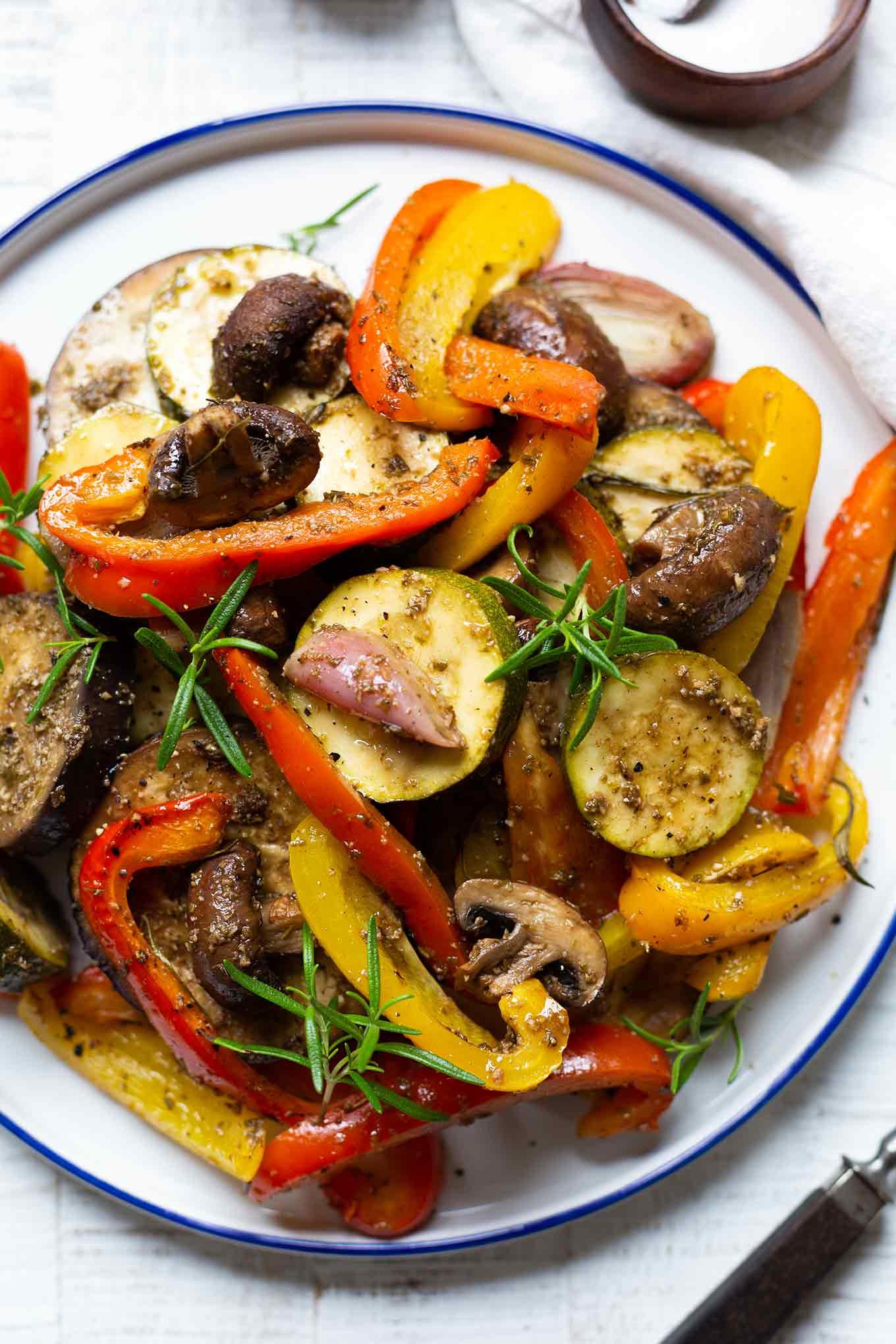 Italienische Antipasti selber machen ist super einfach! Für dieses schnelle Backofen-Rezept brauchst du nur 20 Minuten Vorbereitungszeit. - Kochkarussell.com #antipasti #rezept #schnellundeinfach #kochkarussell