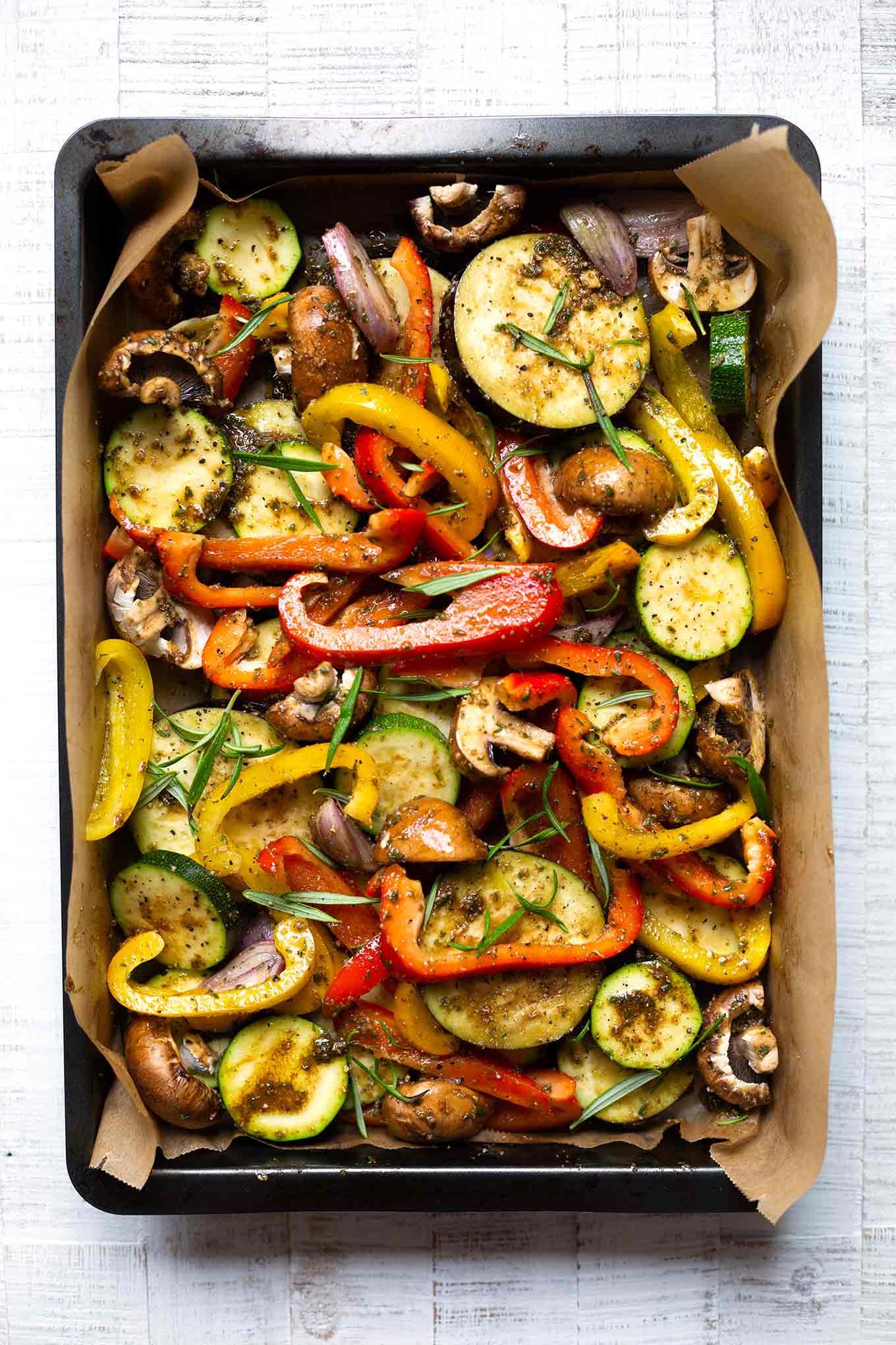 Grundrezept für selbstgemachte Antipasti aus dem Backofen. Dieses Rezept ist einfach und perfekt für heiße Sommertage! - Kochkarussell.com #sommer #keinelustzukochen #rezept #kochkarussell