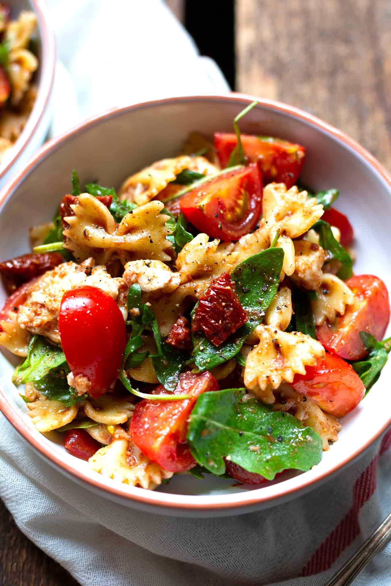 Italienischer Nudelsalat mit Rucola, getrockneten Tomaten und Mozzarella.