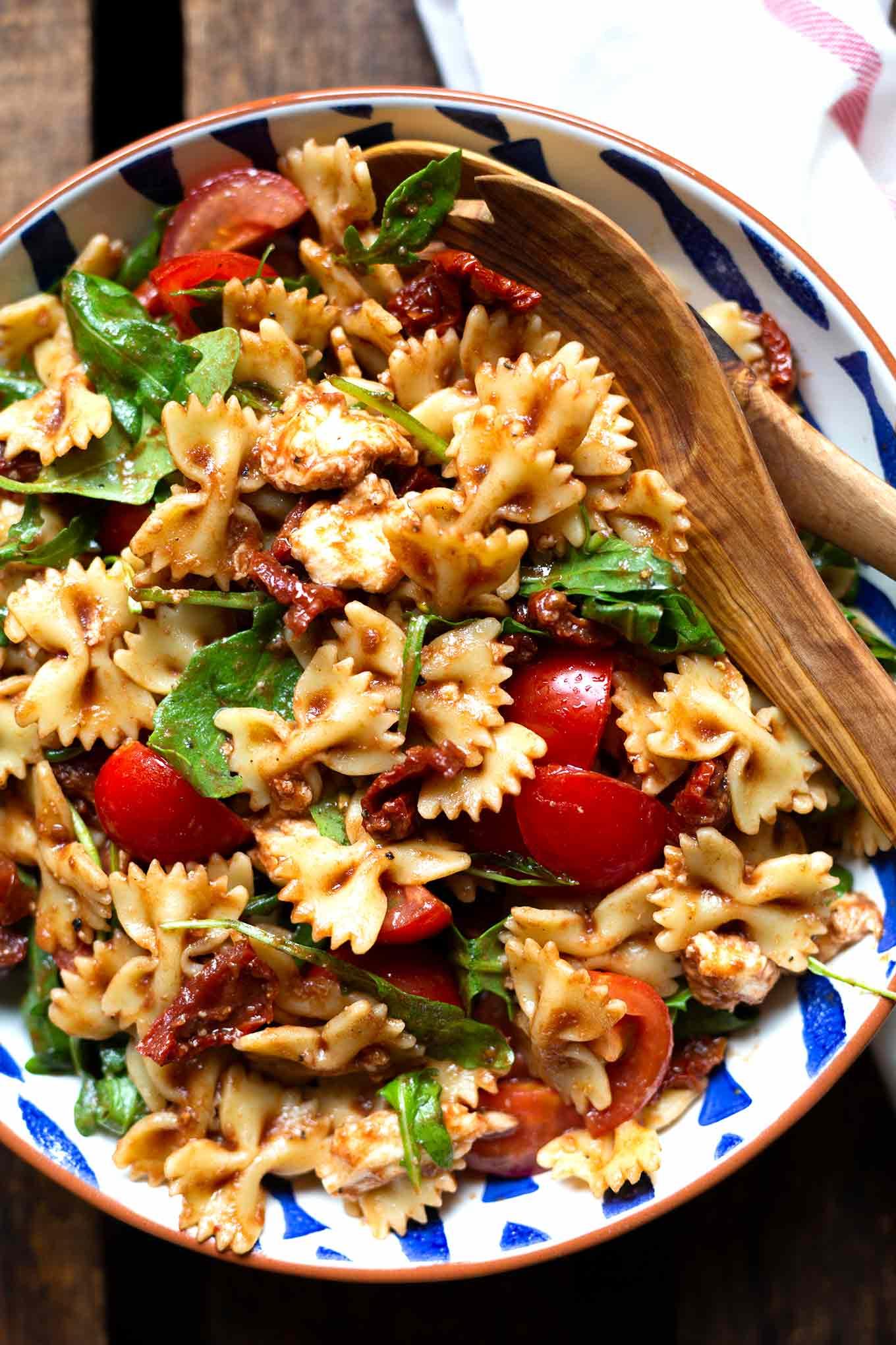 Einfacher italienischer Nudelsalat mit Rucola und getrockneten Tomaten. Dieses Rezept ist einfach und perfekt für heiße Sommertage! - Kochkarussell.com #sommer #keinelustzukochen #rezept #kochkarussell