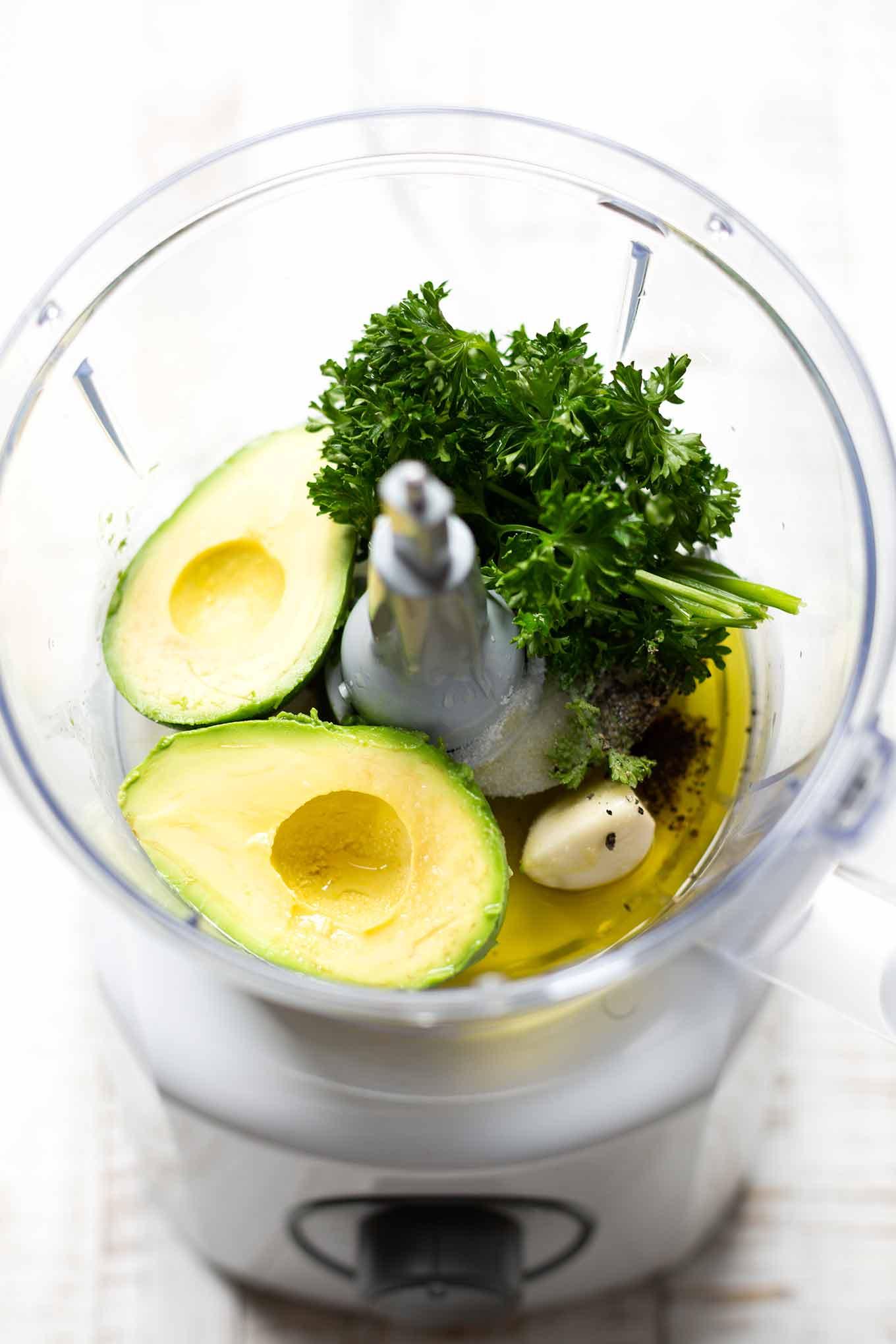 5-Minuten Avocado-Zitronen-Dressing. Dieses schnelle Dressing ist herrlich cremig und SO gut! - Kochkarussell.com #avocado #zitrone #dressing #rezept