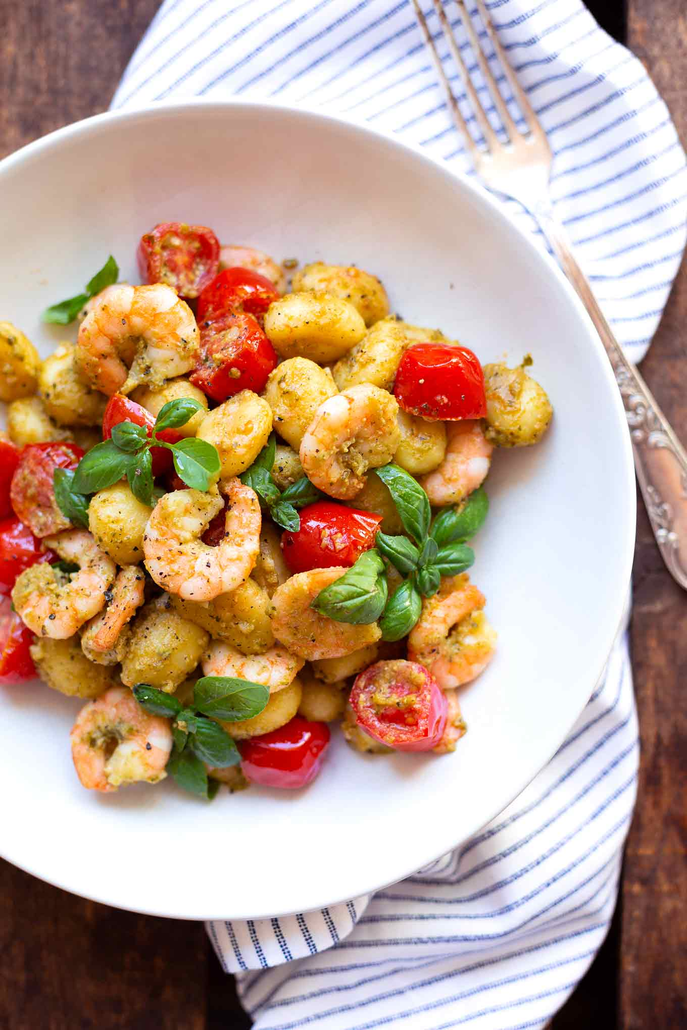 Unglaublich gute Gnocchi mit Pesto-Scampi! Dieses 20-Minuten Rezept ist schnell, einfach und super lecker! - Kochkarussell.com #gnocchi #scampi #rezept #schnellundeinfach