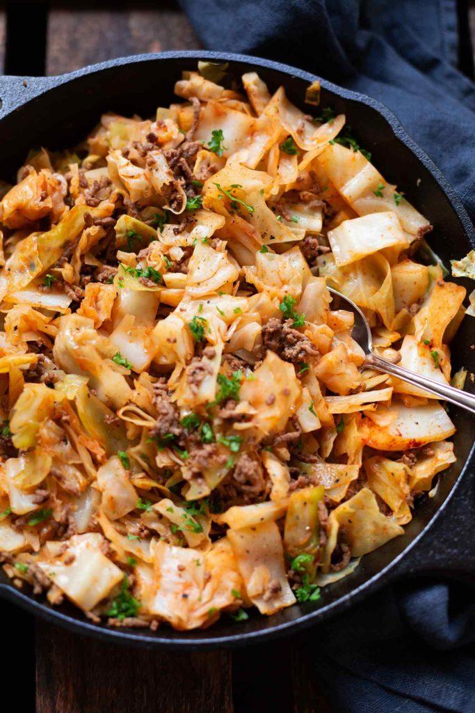 Spitzkohl-Hack-Pfanne: 15 schnelle und einfache Low Carb Rezepte für einen leichten Start ins Jahr. Kochkarussell - dein Foodblog für schnelle und einfache Feierabendküche. #lowcarb #schnellundleicht #feierabendküche #kochkarussell