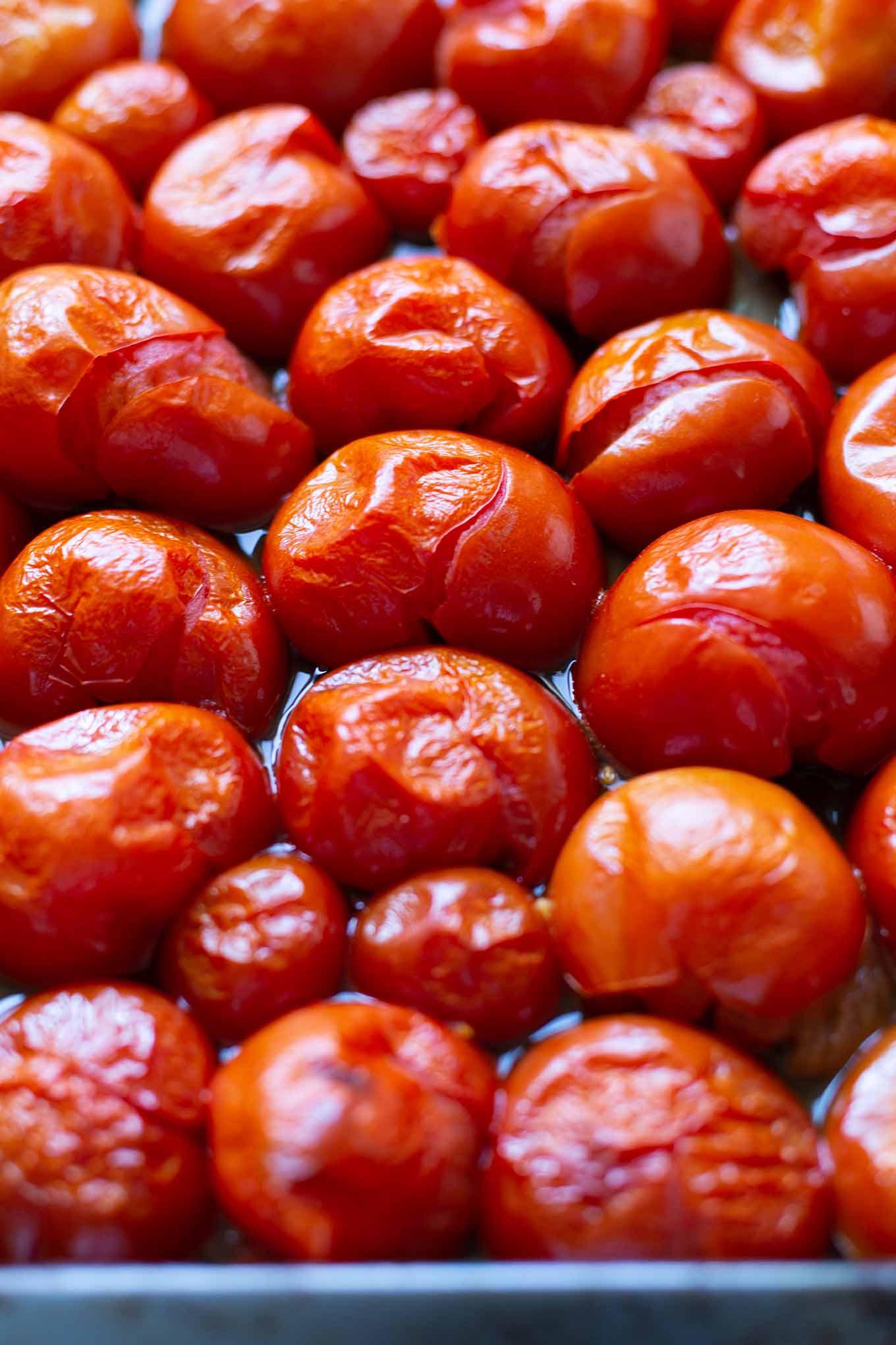 Einfache Tomatensauce aus dem Ofen. Tomatensauce selber machen war noch nie so einfach wie mit diesem schnellen Rezept. Unbedingt ausprobieren! - Kochkarussell.com #tomatensauce #selbermachen #ofentomatensauce #rezept