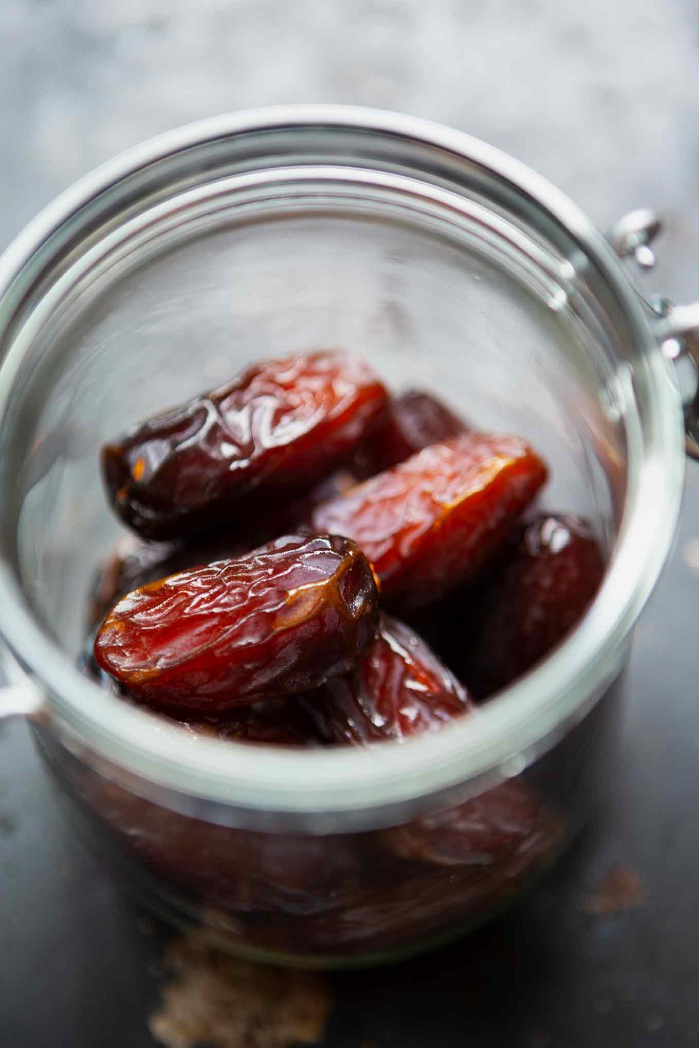 2-Zutaten Medjool Datteln mit Erdnussbutter. Mein liebster einfacher, gesunder und natürlich süßer Snack für zwischendurch! - Kochkarussell.com #medjooldatteln #snack #gesund #schnellundeinfach