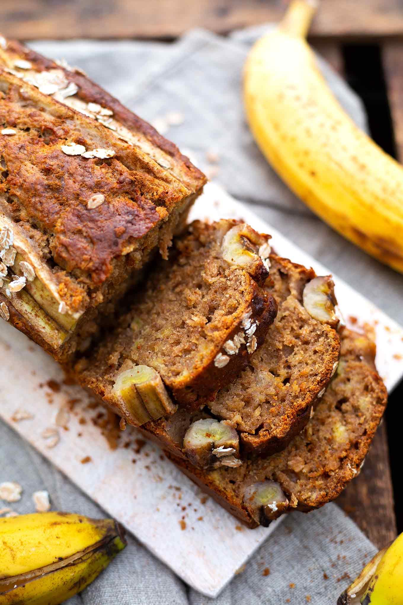Werbung. Einfaches, super saftiges Bananenbrot ohne Zucker. Dieses schnelle 1-Schüssel Rezept ist super lecker und perfekt für Überraschungsbesuch! - Kochkarussell.com #bananenbrot #ohnezucker #rezept