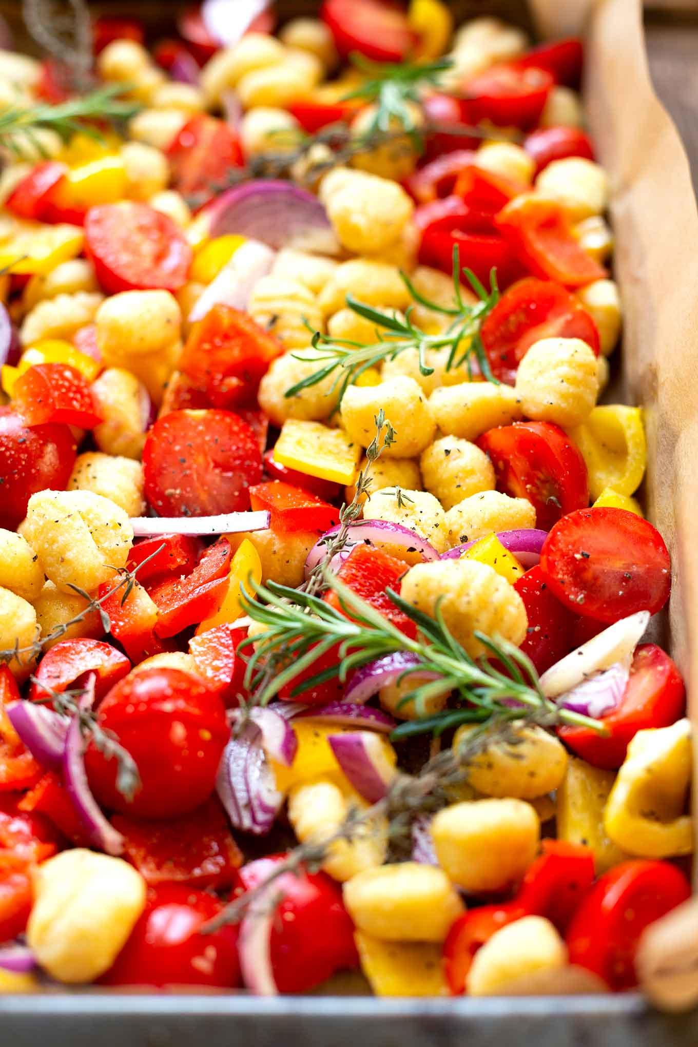 Werbung. Ein Blech-Gnocchi mit Tomaten, Paprika und Roten Zwiebeln. Super praktisch, schnell gemacht und richtig lecker - Kochkarussell.com #einblech #WineChefs #Weinfreunde #foodandwine