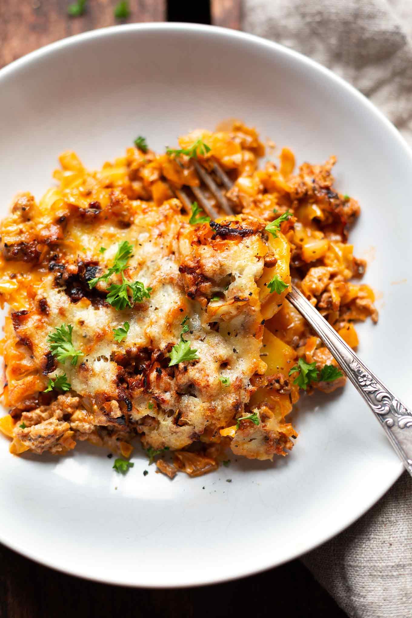 Spitzkohl-Hackfleisch-Auflauf mit Kartoffeln. Dieses 9-Zutaten Rezept ist einfach und SO lecker - Kochkarussell.com #spitzkohl #hackfleisch #auflauf #rezept