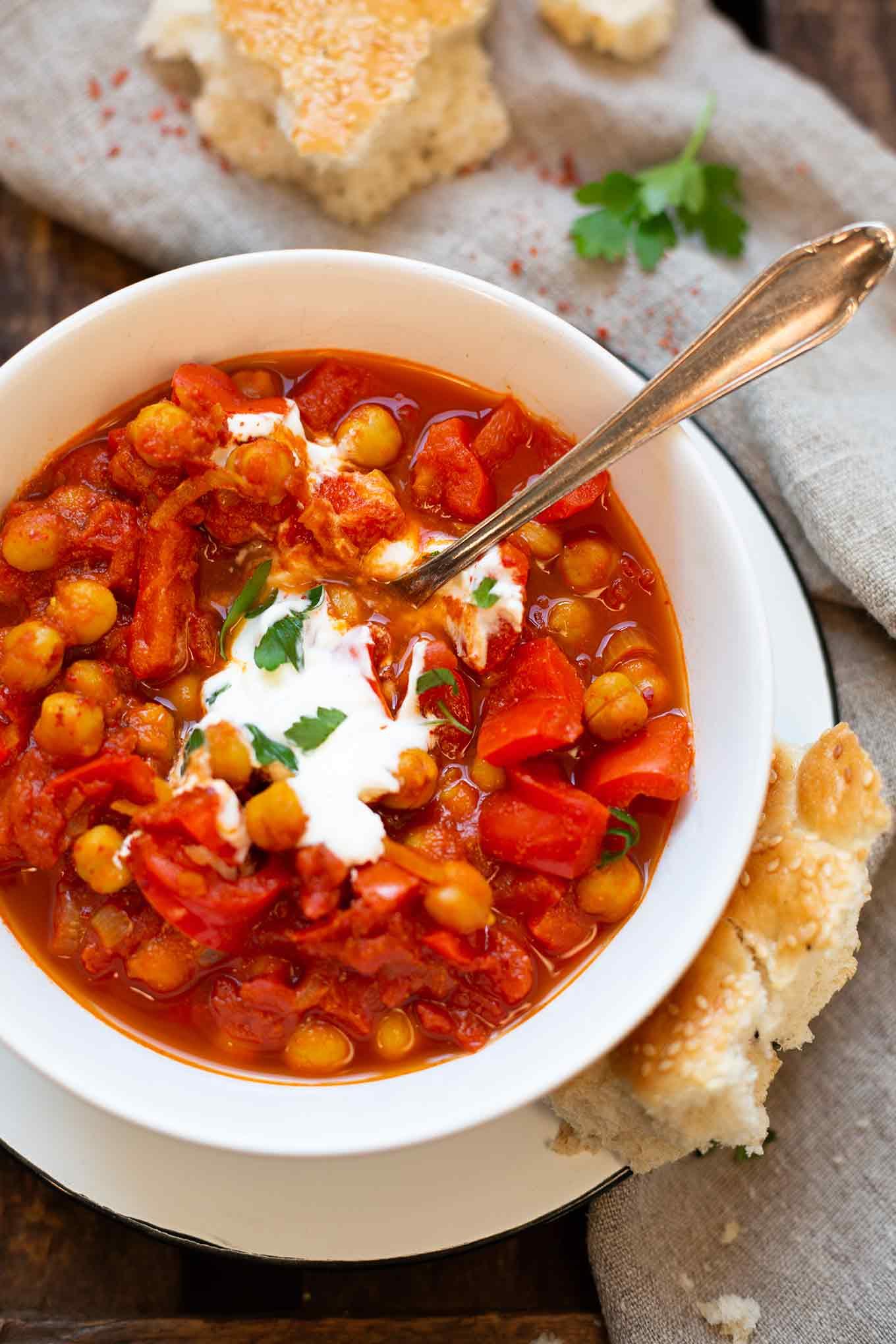 Indisches Kichererbsen-Curry. Dieses schnelle und einfache Feierabendrezept ist gesund und SO gut - Kochkarussell.com #kichererbsen #curry #rezept #schnellundeinfach