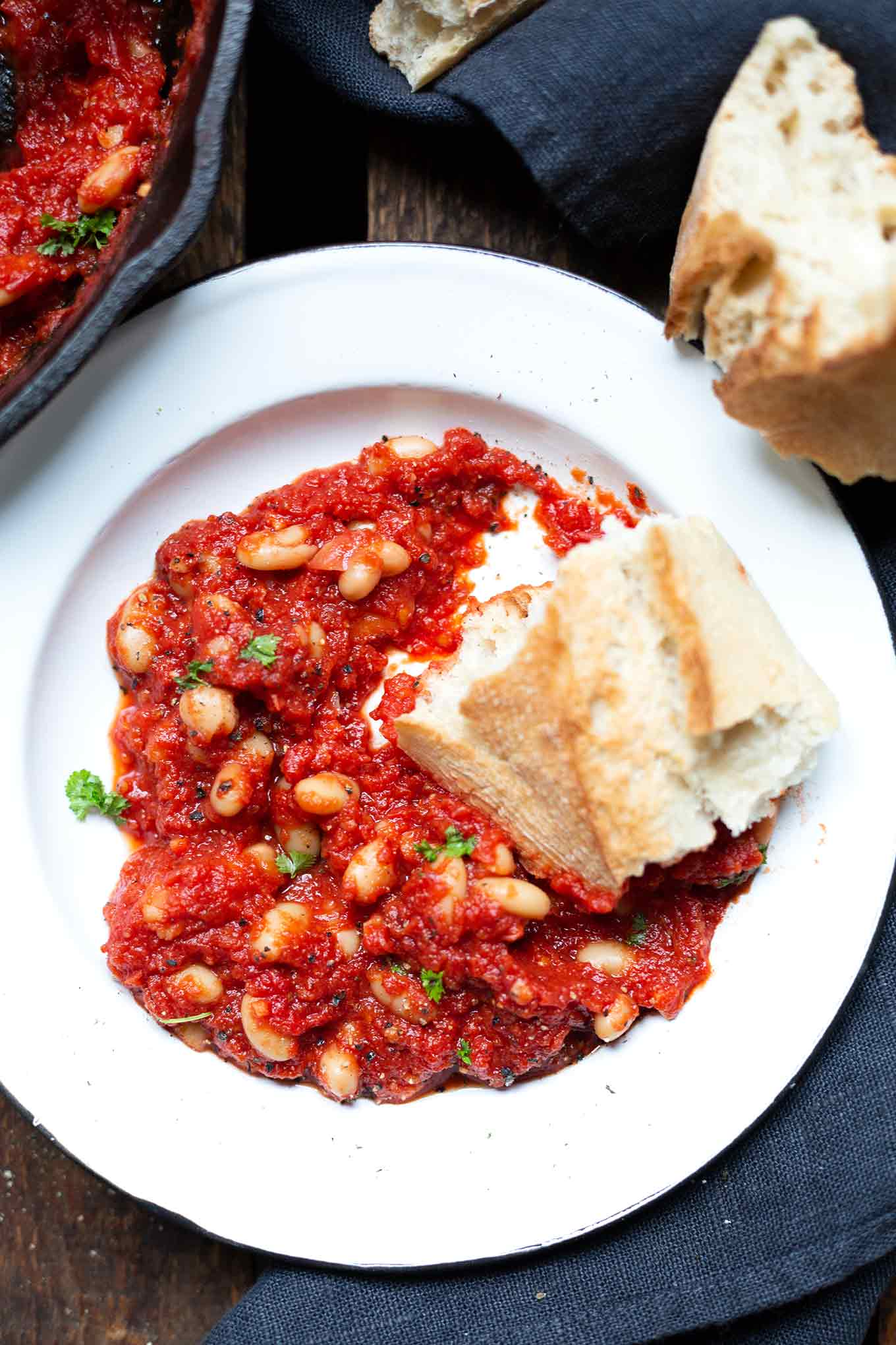 Baked Beans. Für dieses turboschnelle, herzhafte vegetarische Rezept brauchst du nur eine Pfanne und 5 Zutaten! - Kochkarussell.com #bakedbeans #rezept #vegetarisch #kochkarussell
