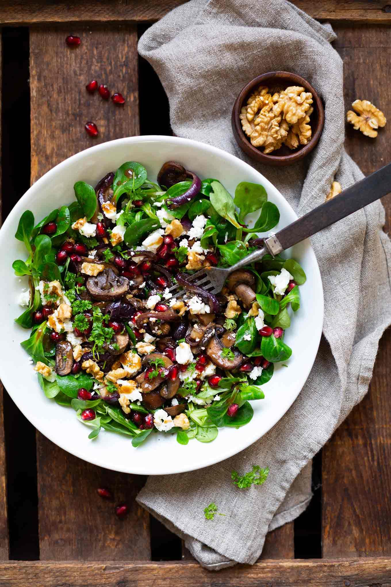 Feldsalat mit gebratenen Pilzen, Granatapfel, Feta und Walnüssen. Dieses schnelle Low Carb Rezept ist gesund und lecker! - Kochkarussell.com #salat #rezept #gesund