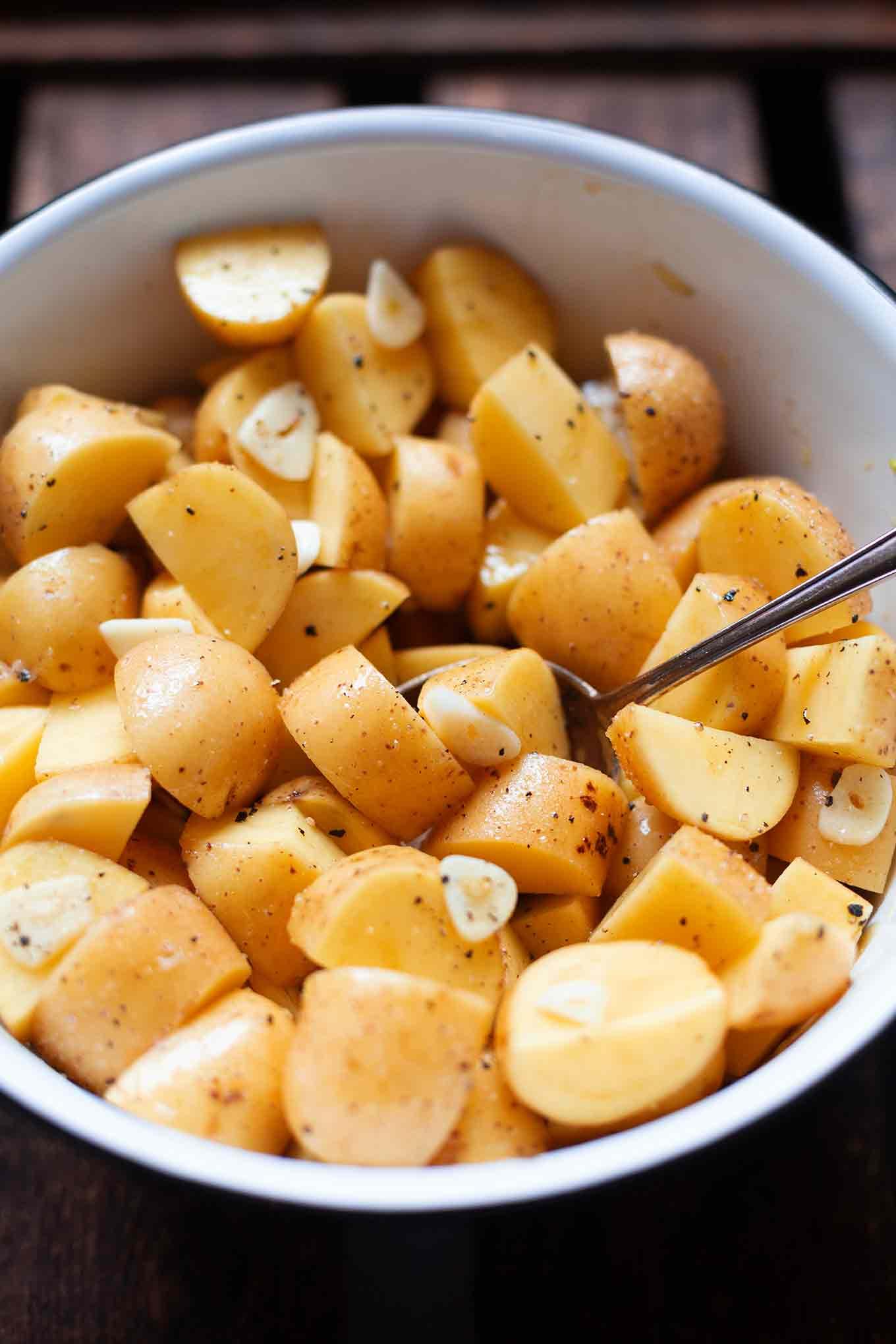 Einfache Knoblauch-Ofenkartoffeln mit Tzatziki. Dieses schnelle, einfache, vegetarische 5-Zutaten Rezept schmeckt immer! - Kochkarussell.com #ofenkartoffeln #tzatziki #feierabendküche #kochkarussell