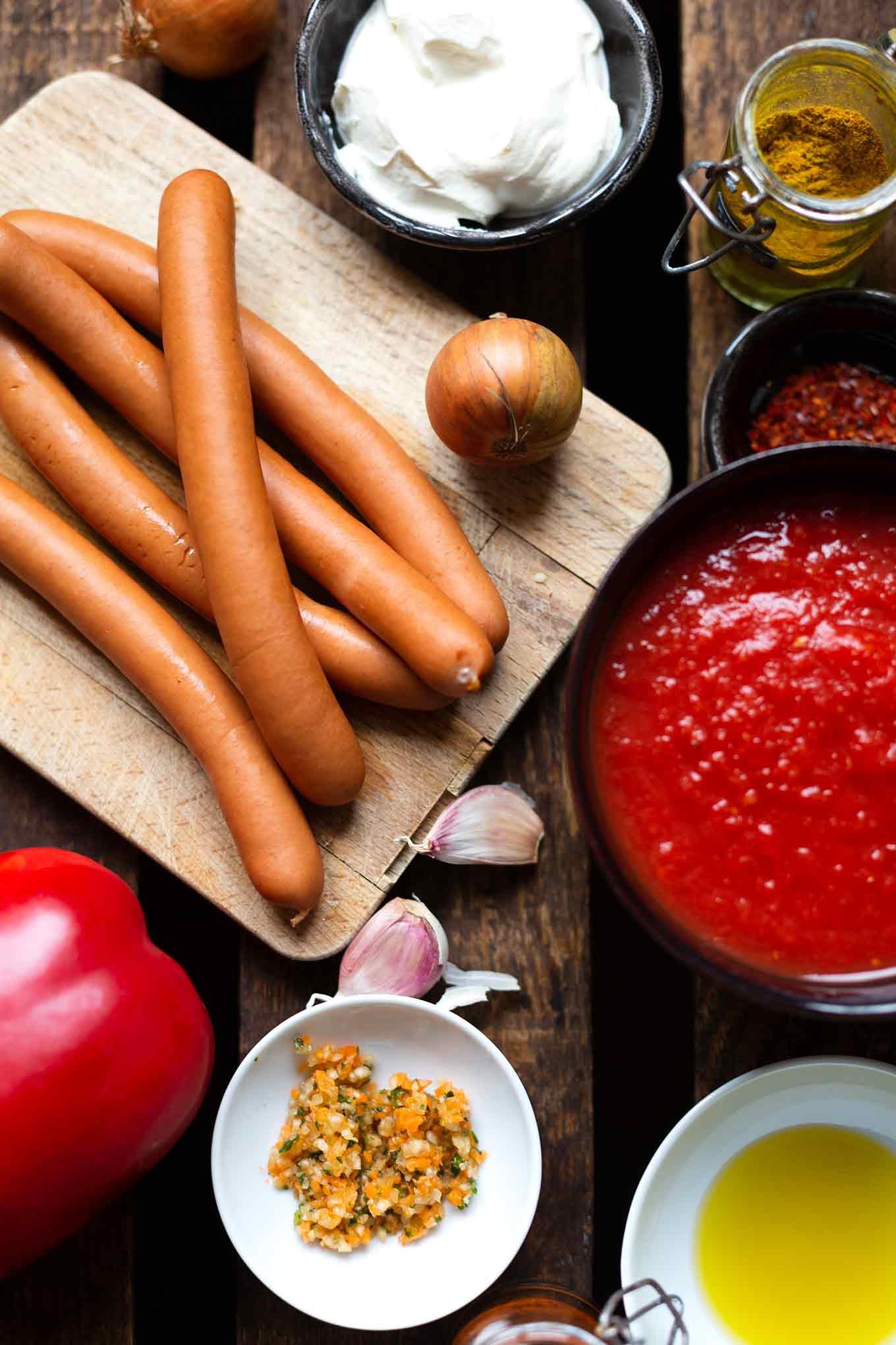 Wurstgulasch. Dieses schnelle und einfache Rezept mit Würstchen und Paprika ist SO gut! - Kochkarussell.com #wurstgulasch #abendessen #feierabendküche #kochkarussell