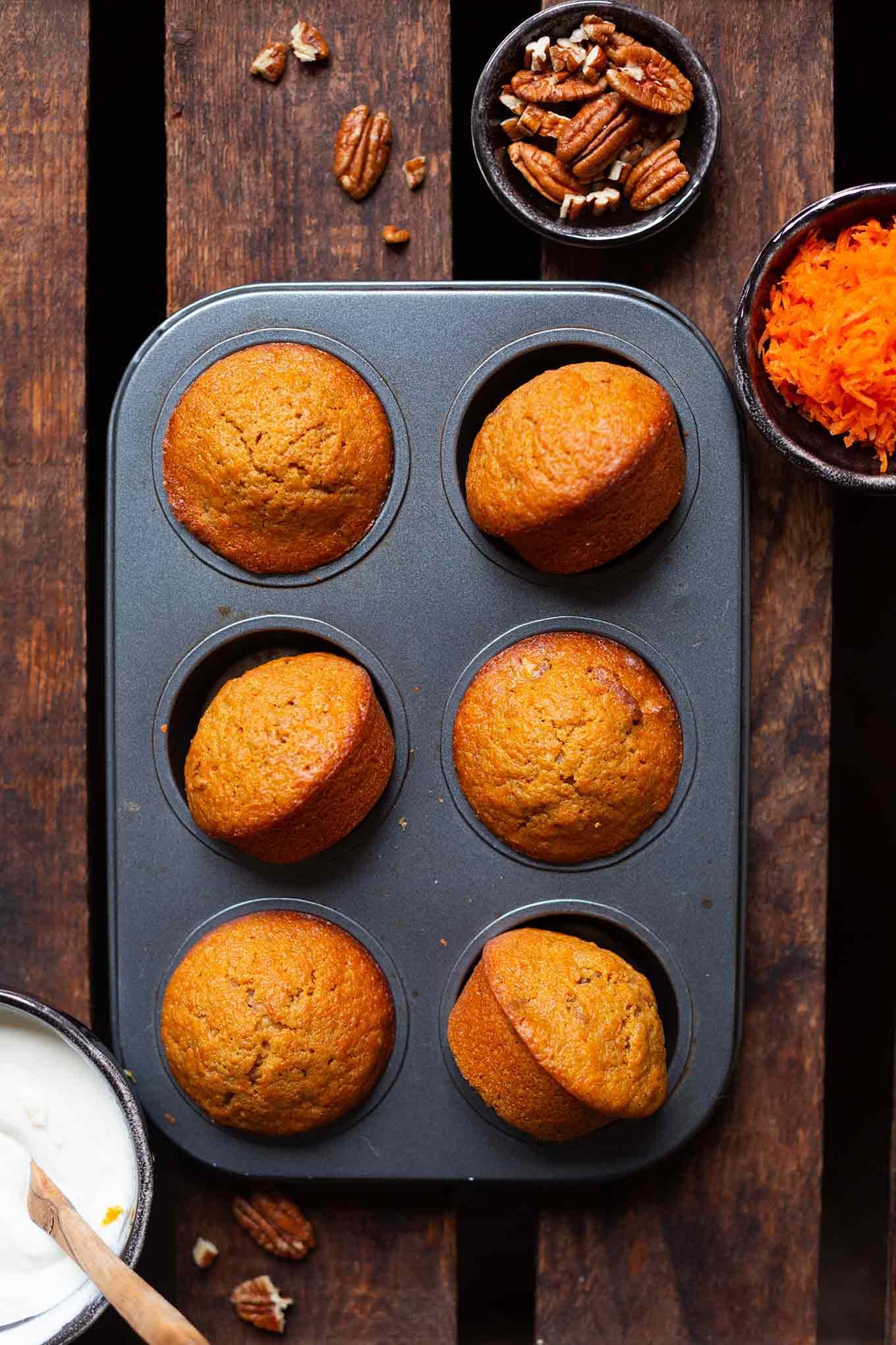 Werbung. Carrot Cake Muffins. Diese einfachen Karotten Muffins mit Creme Fraiche Topping sind saftig und das perfekte Rezept für Kinder! Sooo gut! - Kochkarussell.com #rezept #muffins #einfach #carrotcake #kochkarussell