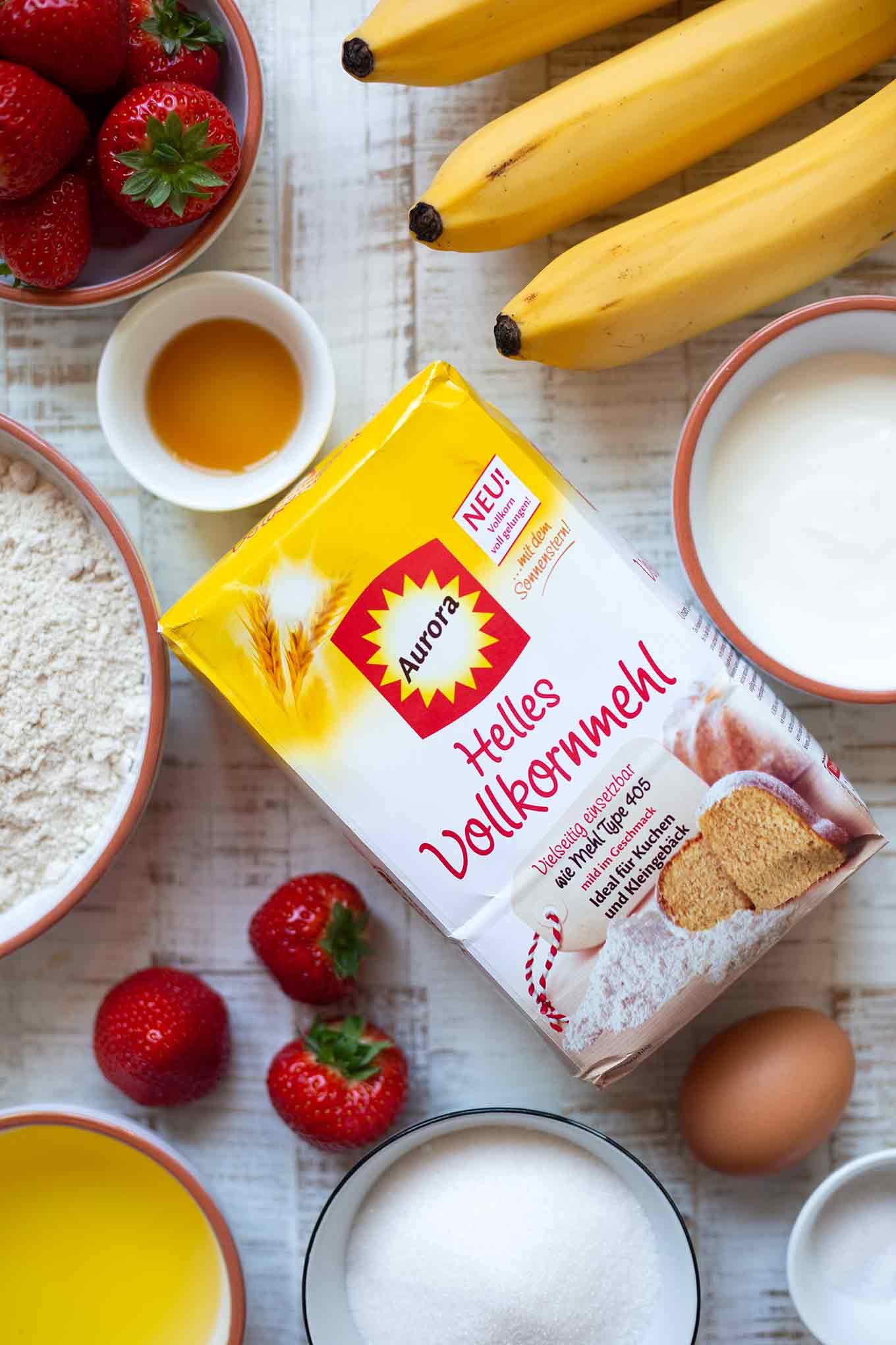 Werbung. Einfaches, super saftiges Erdbeer-Bananenbrot. Dieses schnelle Rezept ist gesünder, natürlich süß und auch perfekt für Kinder! So gut! - Kochkarussell.com #rezept #backen #bananenbrot #vollkornmehl