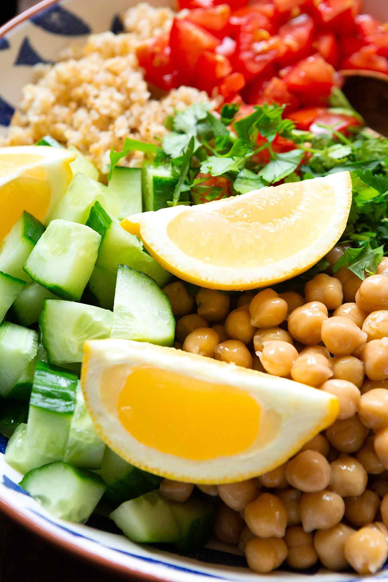 Schneller Falafelsalat ohne Frittieren, Formen und Co! Dieses einfache Rezept ist ein frisches, gesundes und verdammt leckeres Gericht für Tage, an denen es schnell gehen muss. - Kochkarussell.com #falafel #salat #rezept #gesund #schnellundeinfach #kochkarussell