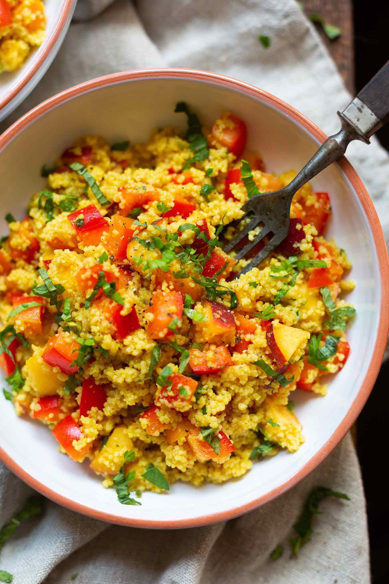 Veganer Couscoussalat mit Pfirsich, Minze und Limetten-Dressing. Super einfach, saftig und perfekt für Grillen und Picknick. Unbedingt probieren! - Kochkarussell.com #vegan #couscoussalat #grillen #picknick #kochkarussell