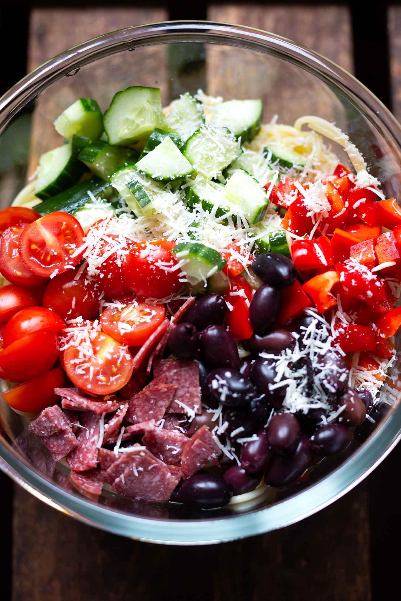 Italienischer Nudelsalat mit Salami. Dieses schnelle und einfache Rezept ist herzhaft, sättigend und perfekt für Grillen und Party! - Kochkarussell.com #nudelsalat #salami #rezept #kochkarussell