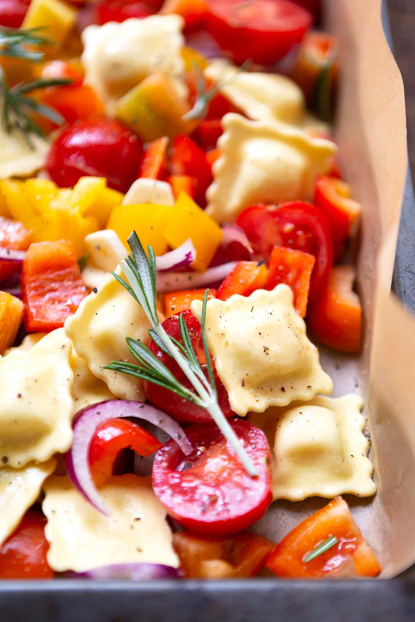 A tin ravioli with tomatoes, peppers and rocket. This quick and easy recipe is the hit of any fancy cook days, definitely try it! - Kochkarussell.com #einblechrecipe #schnellundeinfach # Feierabendküche #kochkarussell