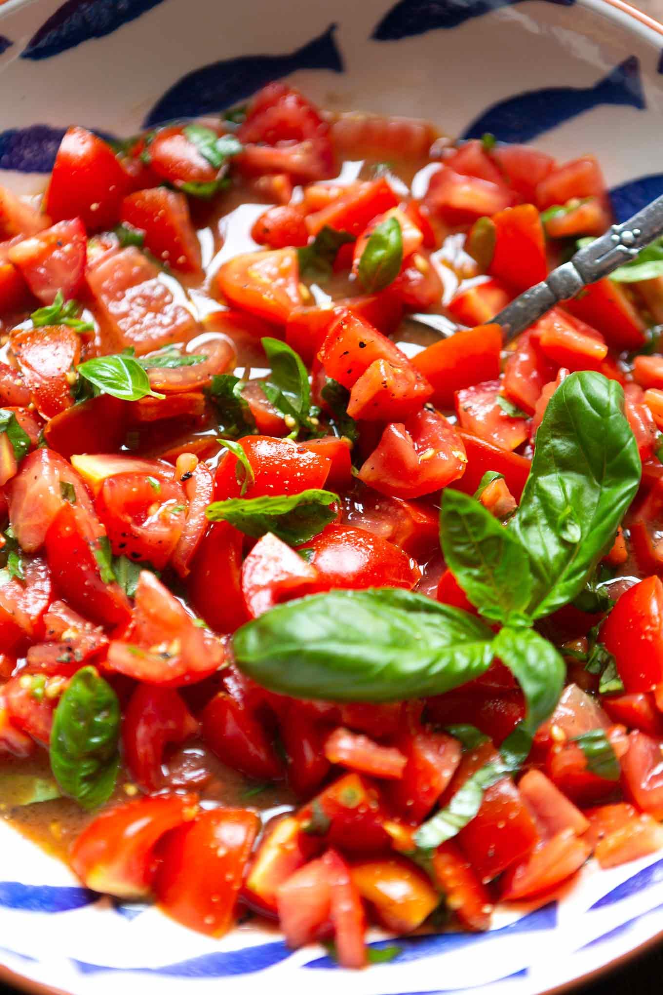 Bester einfacher Tomatensalat mit Basilikum. Dieses schnelle Sommer-Rezept aus 5 Zutaten ist der Renner! Super unkompliziert und SO gut, den müsst ihr probieren! - Kochkarussell.com #tomatensalat #sommerrezept #schnellundeinfach #feierabendküche #kochkarussell