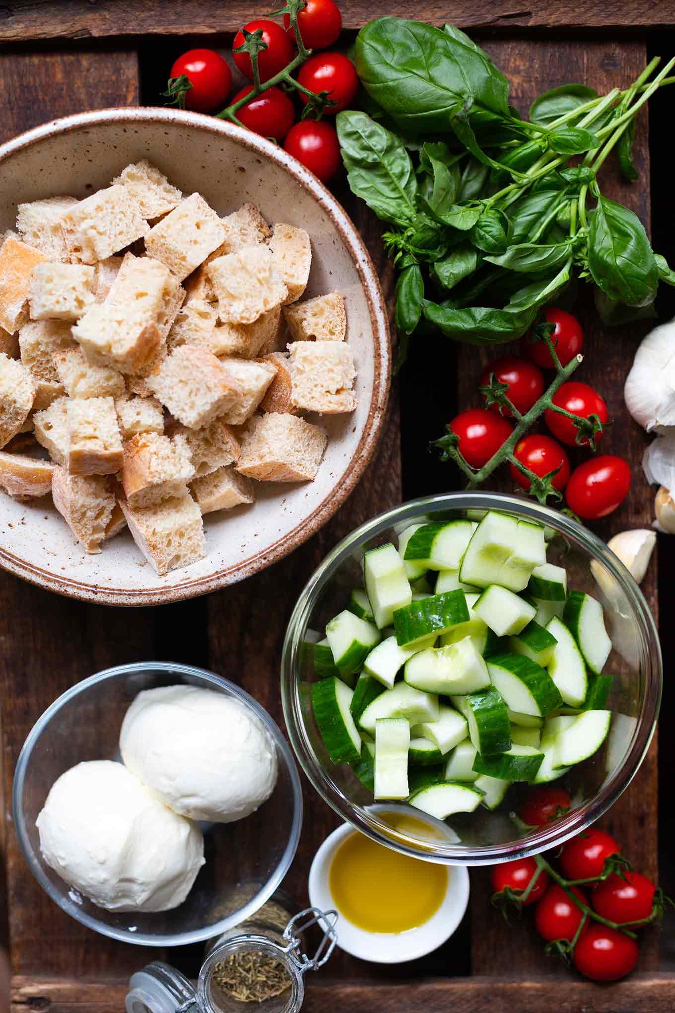 Bock auf den perfekten Sommersalat? Panzanella ist die Antwort! Dieses einfache Rezept ist knusprig, knackig, erfrischend und das perfekte Abendessen. So einfach und SO gut! - Kochkarussell.com #brotsalat #panzanella #schnellundeinfach #feierabendküche
