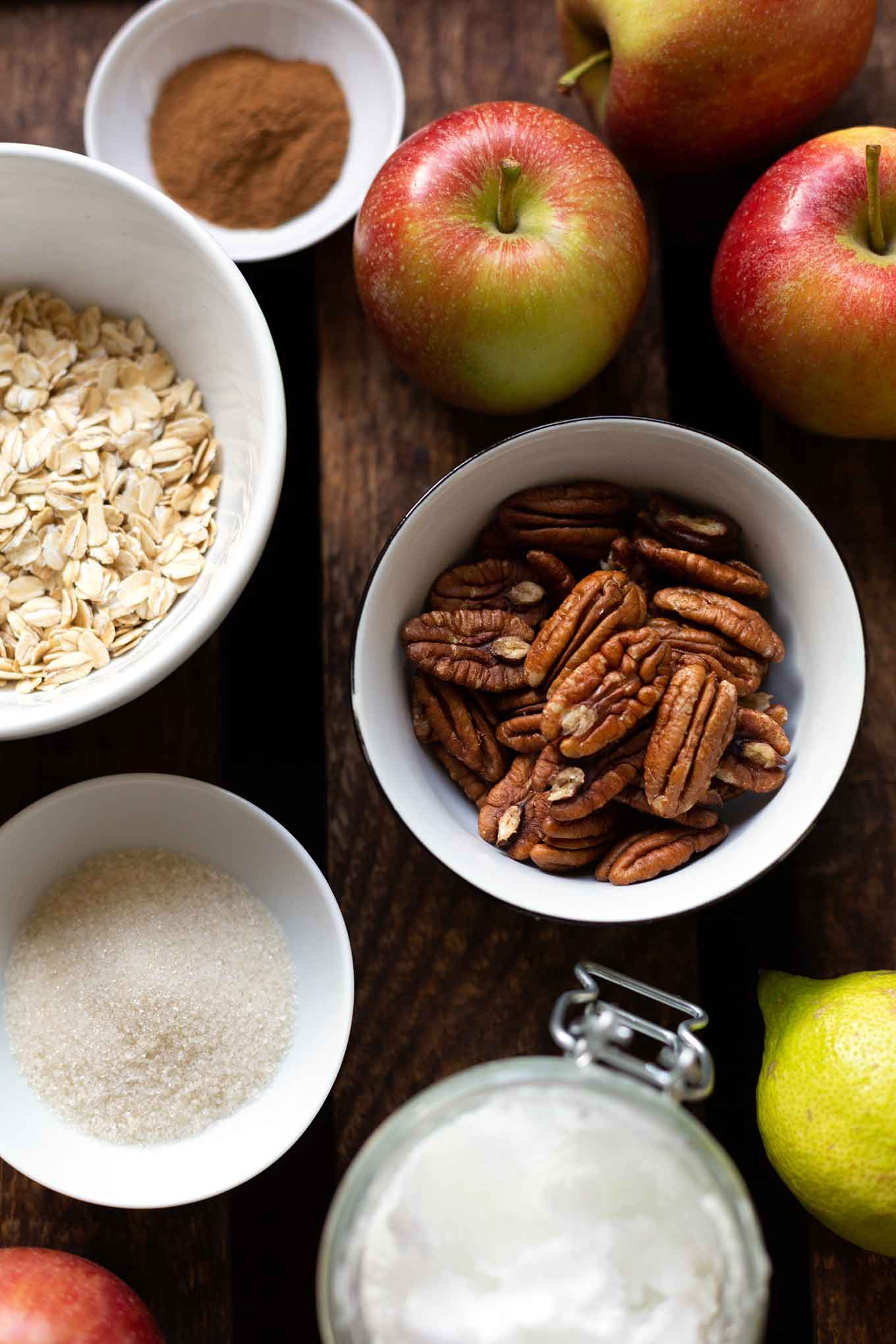 Bombastischer Apple Crisp. Dieses schnelle Rezept ist vegan, super einfach und kommt garantiert gut an! #applecrisp #herbstrezept #soulfood #kochkarussell