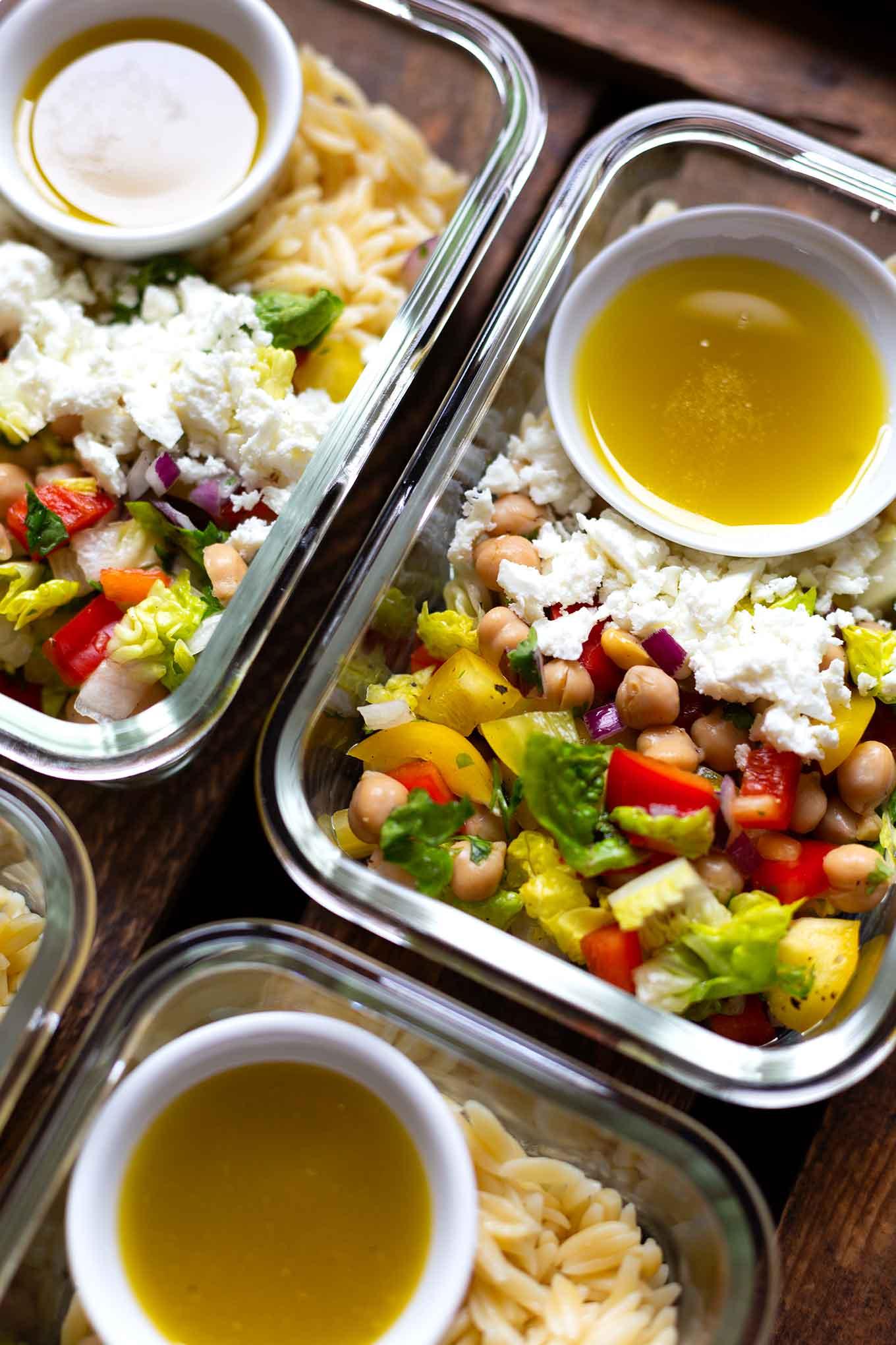 Orzo Kichererbsen Meal Prep Salat mit Feta. Dieses super einfache, gesunde Meal Prep Rezept ist schnell gemacht und SO gut! - Kochkarussell Foodblog #mealprep #salat #kochkarussell