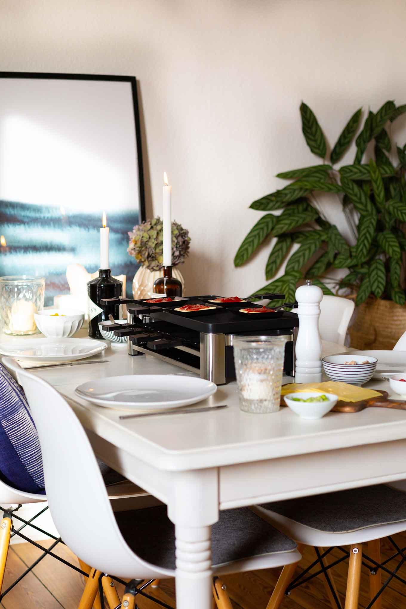 Werbung. Raclette-Pizza. Dieses schnelle und einfache Party-Rezept ist perfekt für Weihnachten, Silvester und einfach so! - Kochkarussell.com #raclettepizza #raclette #kochkarussell