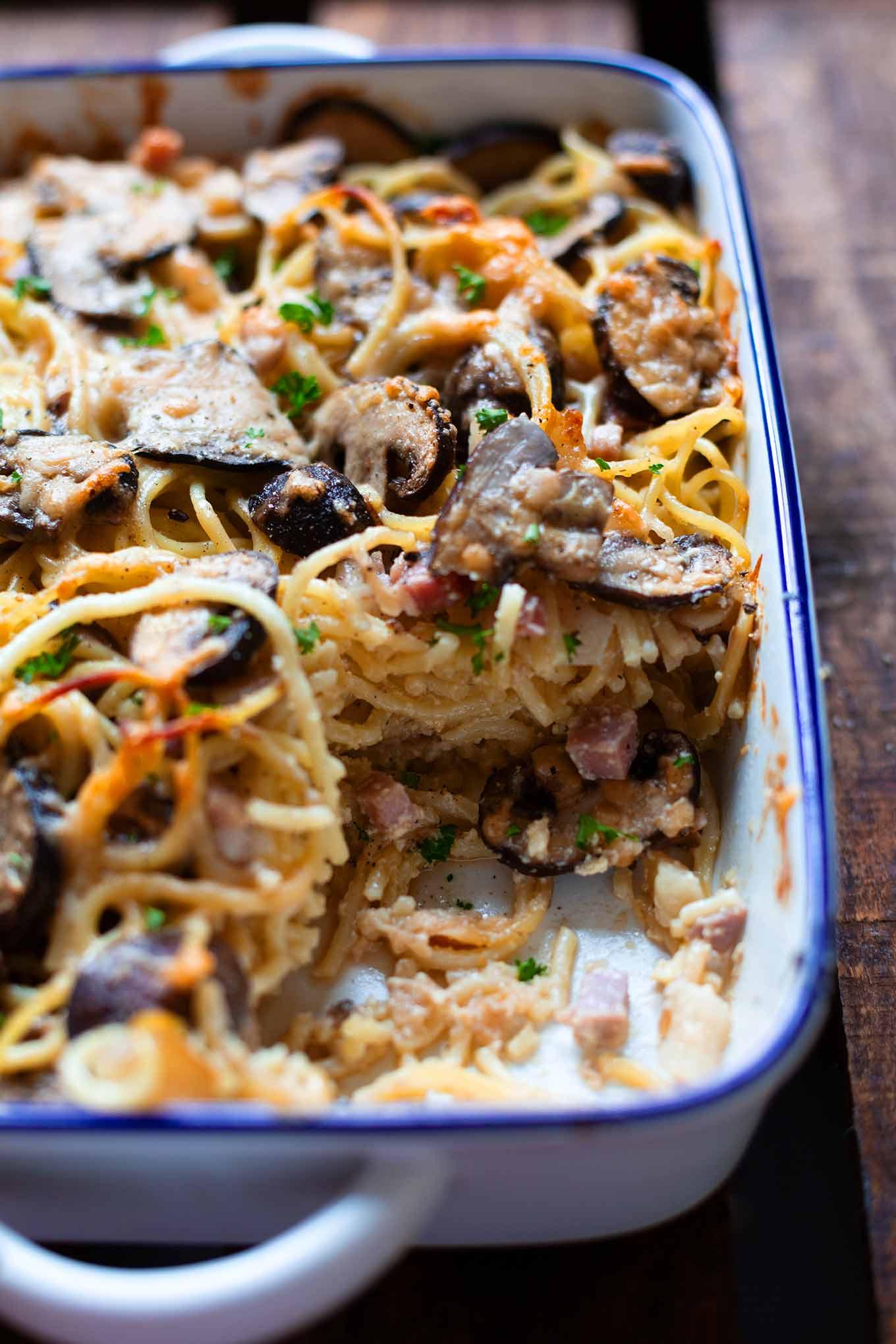 Spaghetti-Carbonara-Auflauf mit Pilzen. Dieses schnelle und einfache Soulfood-Rezept ist perfekt für den Feierabend. Unbedingt probieren! #spaghetticarbonara #auflaufrezept #feierabendküche #kochkarussell