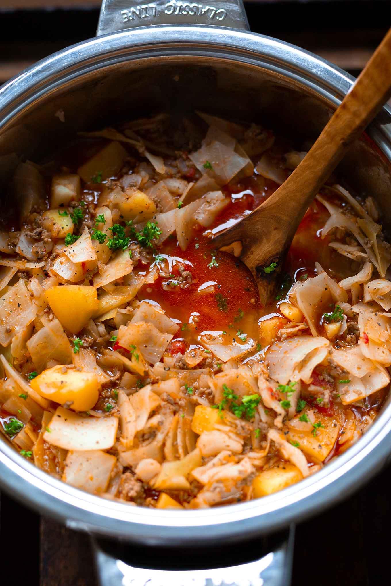 Deftiger Kohl-Hackfleisch-Eintopf mit Kartoffeln. Dieses schnelle und einfache Soulfood Rezept ist vollgepackt mit Gemüse und ganz viel Geschmack! - Kochkarussell Foodblog #kohlsuppe #herbstrezept #herzhaft